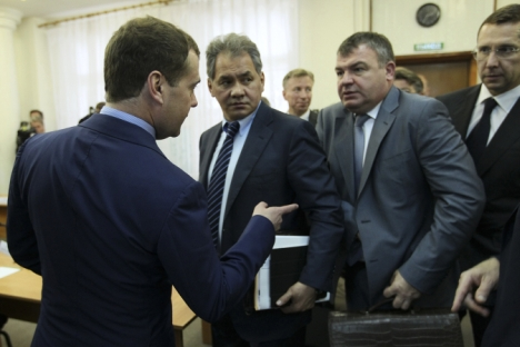 L'ex ministro della Difesa Anatoly Serdyukov, secondo da destra, silurato nell'autunno 2012 per via di un'inchiesta (Foto: Reuters)