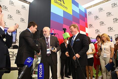 Il presidente della Fondazione Skolkovo Viktor Vekselberg (al centro) rilascia il 500° certificato e un mattone di cristallo all'azienda israeliana Parasight (Foto: Ufficio stampa)