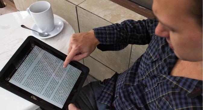 Avviata una campagna sociale online per sensibilizzare i lettori di e-book a non violare il copyright nei download dei libri (Foto: Itar-Tass)