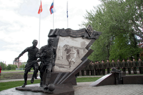 Il monumento eretto a San Pietroburgo in memoria dello storico incontro giocato durante l'assedio di Leningrado (Foto: Itar-Tass)