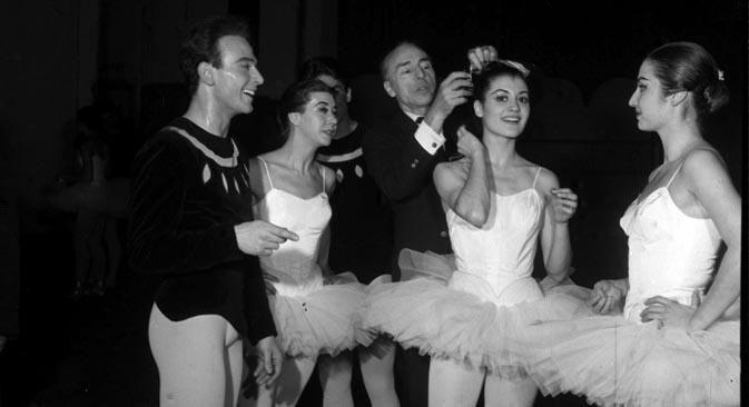 Al centro, il coreografo russo, naturalizzato americano, George Balanchine sistema l'acconciatura a una giovanissima Carla Fracci (Foto: Erio Piccagliani / Teatro alla Scala)