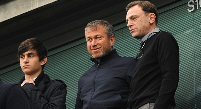 I figli degli oligarchi russi aprono delle imprese in proprio. Nella foto, Roman Abramovich (al centro) con il figlio 19enne Arkadij (a sinistra) (Credit: Itar-Tass)