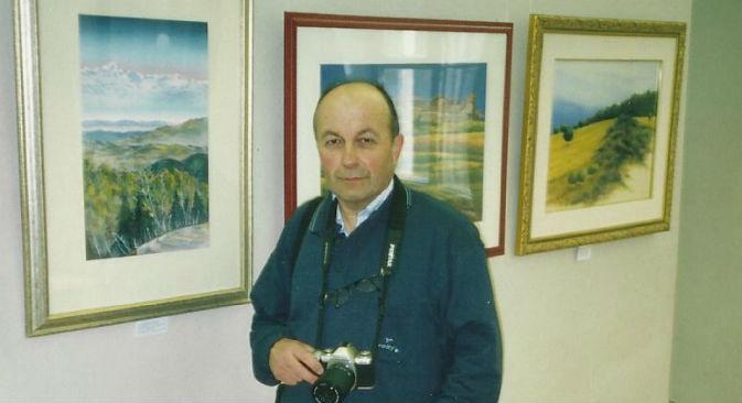 Il pittore Luigi Carbone davanti a una sua pittura a pastello, esposta nel museo storico di San Pietroburgo (Foto: archivio personale)