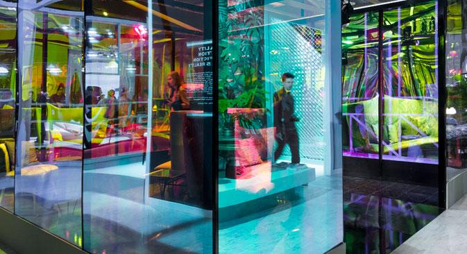 Tanti visitatori e buyers russi nei padiglioni della Fiera di Rho-Pero, a Milano, dove è in corso il Salone Internazionale del Mobile (Foto:  Saverio Lombardi Vallauri / Ufficio Stampa)