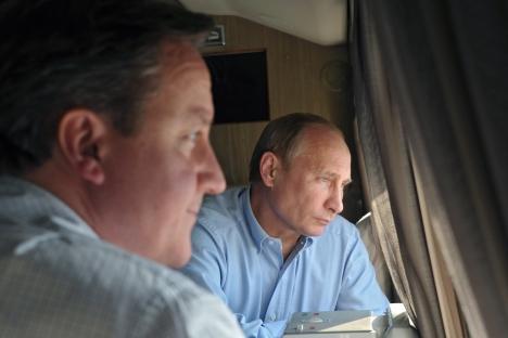 Il premier britannico David Cameron con il Presidente russo Vladimir Putin a Sochi (Foto: Ap)