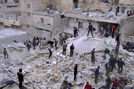 Soccorritori al lavoro tra le macerie di un edificio abbattuto dalla milizia governativa siriana ad Aleppo (Foto: Ap)