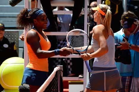 Maria Sharapova (a destra) e Serena Williams nella finale del Madrid Masters a Madrid, il 12 maggio 2013. La siberiana fu sconfitta dall'americana 6-1, 6-4 (Foto: AFP Photo/Javier Soriano)
