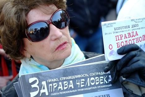"""Una donna a una manifestazione a sostegno del blogger Alexei Navalny, leader dell'opposizione accusato di illeciti e sotto processo al Tribunale di Kirov. Sul cartello la scritta """"Per i diritti umani"""" (Foto: RIA Novosti / Andrei Stenin)"""