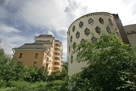 Casa Melnikov (a destra) potrebbe venire danneggiata dalla costruzione di un parcheggio sotterraneo vicino al monumento (Foto: Itar-Tass)