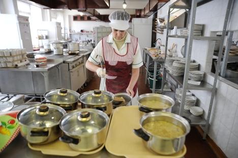 I russi preferiscono mangiare cibi preparati a casa, piuttosto che andare a cena fuori (Foto: Itar-Tass)