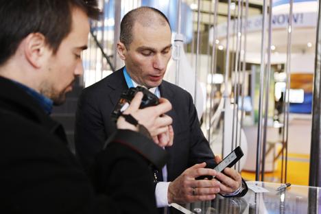 Vladislav Martynov, ceo di Yota Devices, presenta il primo smartphone russo (Foto: Ufficio Stampa)