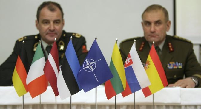 Gli attacchi informatici aumentano e il mondo si organizza per difendersi. Nella foto, da sinistra a destra: il ministro della Difesa estone Ants Laaneots e il comandante della Nato, generale Koen Gijsbers (Foto: Reuters)