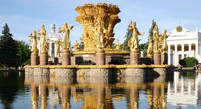 """Il Comune di Mosca ha messo in preventivo due miliardi di dollari per il restauro del centro VDNKh. Nella foto la fontana intitolata all'""""Amicizia tra i popoli"""" (Foto: Itar-Tass)"""