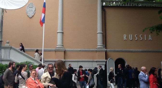 """All'esterno del Padiglione Russia che ospita il progetto """"Danae"""" di Vadim Zakharov per la 55ma Biennale dell'Arte (Foto: Mariella Caruso)"""
