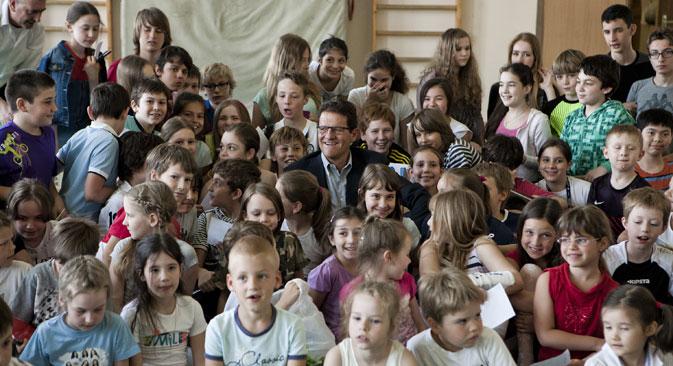 Mister Fabio Capello insieme ai ragazzi della scuola Italo Calvino di Mosca (Foto: Kirill Lagutko)