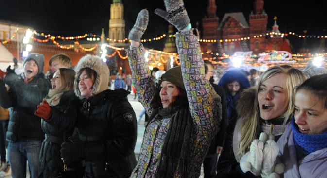 Giovani in Piazza Rossa festeggiano il Capodanno (Foto: Itar-Tass)