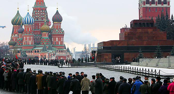 Dopo mesi di restauro, il mausoleo di Lenin in Piazza Rossa si prepara ad accogliere nuovamente i visitatori (Foto: Afp)