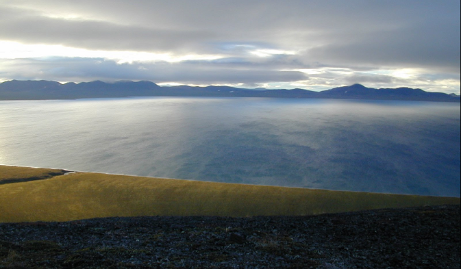 Il Lago Elgygytyn: nonostante la sua posizione nell'estremo Nord, non è mai stato coperto da ghiaccio e ciò che suggerisce la presenza di alcune sconosciute, primordiali tracce di vita nelle sue acque (Foto: Petr Tikhomirov / Panoramio)