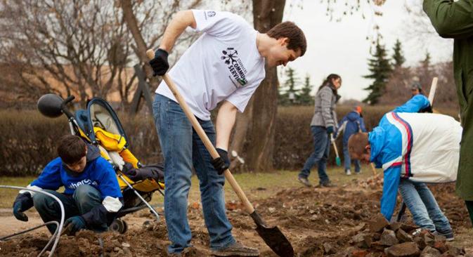 Più di 400 volontari hanno partecipato all'iniziativa di pulizia del parco Muzeon a Mosca (Foto: Ufficio Stampa)