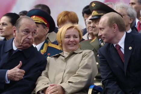 L'ex presidente francese Jacques Chirac (a sinistra), a Mosca insieme a Vladimir Putin e a Lyudmila in occasione della parata per il Giorno della Vittoria, il 9 maggio 2005 (Foto: AP)