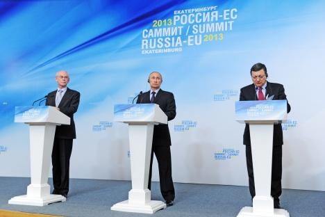La conferenza stampa post summit Russia-Ue del 4 giugno 2013, con il Presidente Vladimir Putin (al centro) e José Barroso (a destra) (Foto: RIA Novosti / Michael Klimentyev)