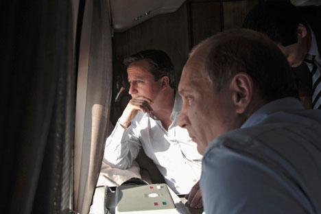 Il Presidente Vladimir Putin, a destra, e il premier britannico David Cameron nel loro incontro a Sochi (Foto: Reuters)