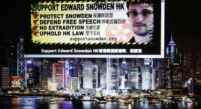 Un sito Web che supporta Edward Snowden, ex dipendente della Cia che ha rivelato documenti top-secret degli Stati Uniti, viene visualizzato su un maxi-schermo a Hong Kong (Foto: AP)