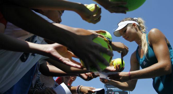 La tennista Maria Kirilenko assediata dai fan (Foto: Reuters)