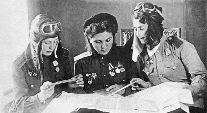 Le donne pilota Tanya Rozova, Sonia Vontianik e Linda Gkoloumpeva prima di una battaglia aerea, il 10 agosto 1944 (Foto: Itar-Tass)