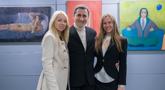 Anastasia Kuranina (a destra), insieme a Olga Volha Piashko e Pier Luigi Manieri del Centro Culturale Elsa Morante di Roma, dove le artiste hanno esposto di recente (Foto: Ufficio Stampa)