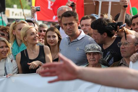 Il partito di governo Russia Unita avrebbe anche aiutato il blogger leader dell'opposizione Alexei Navalny, al centro, a candidarsi alle amministrative di Mosca (Foto: