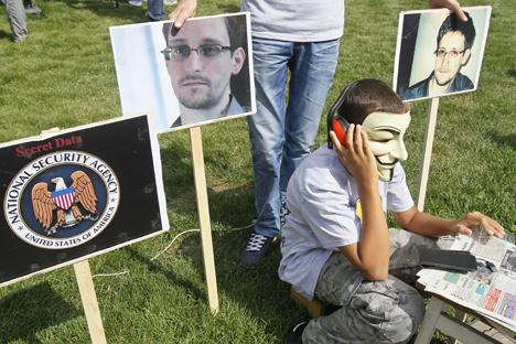 Sostenitori di Edward Snowden, l'ex dipendente Cia, dal 23 giugno 2013, bloccato nell'area transiti dell'aeroporto moscovita di Sheremetevo, ribattezzato la talpa del Datagate (Foto: Reuters)