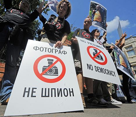 """Proteste in piazza dopo l'omicidio di un giornalista in Daghestan. Nel cartello in russo si legge """"Un fotografo non è una spia"""" (Foto: Itar-Tass)"""