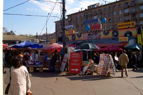 Il commercio ambulante davanti alle stazioni della metropolitana di Mosca (Foto: Fran Martínez / Russia Oggi)