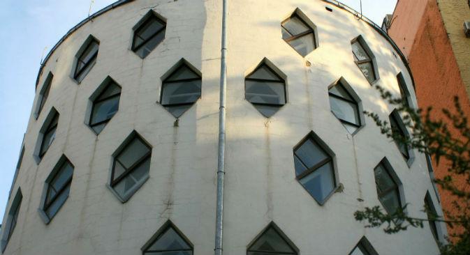 Gli interni del primo piano dell'edificio con il ritratto di Konstantin Melnikov (Foto: Santi Pueyo / Russia Oggi)