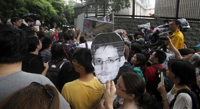 Alcuni sostenitori di Edward Snowden, la talpa del Datagate, durante una manifestazione davanti al consolato Usa di Hong Kong il 15 giugno 2013 (Foto: Reuters)