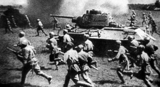 L'attacco delle truppe sovietiche (Foto dall'archivio storico Tass)