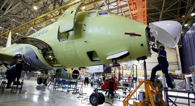 L'uso dell'iPad nelle fasi di assemblaggio del Sukhoi Superjet snellisce le procedure del controllo qualità (Foto: Itar-Tass)