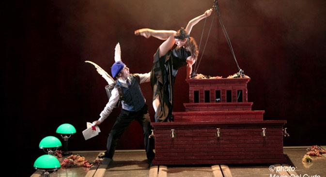 """Una scena dello spettacolo """"La sindrome di Orfeo"""", ispirato alle opere di Majakovskij e Cocteau, per la regia di Vladimir Pankov (Foto: Mario Del Curto / www.chekhovfest.ru)"""