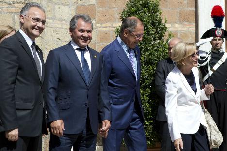 Mario Mouro, ministro italiano de Defensa (a la izquierda), junto con su homólogo ruso, Serguéi Shoigú. Serguéi Lavrov (en el centro) y Emma Bonino, ministros de Exteriores de Rusia e Italia, respectivamente. Fuente: AP.