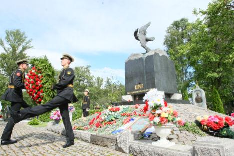 Corone di fiori vicino al monumento eretto in memoria delle vittime del Kursk, affondato il 12 agosto 2000 durante un'esercitazione nel Mare di Barents (Foto: Natalia Petra / RG)