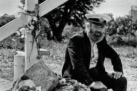 Un uomo ha posto una croce di legno per commemorare la famiglia Romanov (Foto: Alexei Vladykin)
