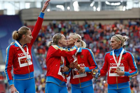 Le atlete russe durante la premiazione per la vittoria nella staffetta 4x400 (Foto: Reuters)