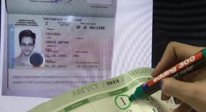Il documento che permette a Snowden di restare un anno in territorio russo (Foto: Alexei Naumov / RIA Novosti)