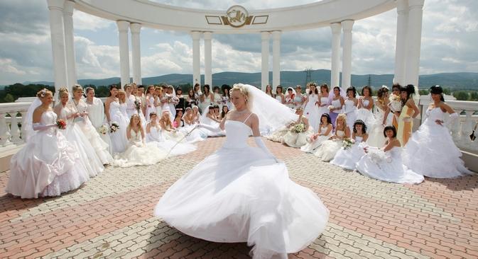 Il matrimonio russo moderno ha lo scopo di evidenziare l'individualità della coppia, con addobbi considerati kitsch all'estero (Foto: Reuters)