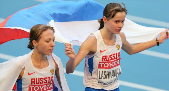 Da sinistra, Anisiya Kirdyapkina ed Elena Lashmanova, rispettivamente argento e oro nella marcia 20 chilometri ai Mondiali di atletica di Mosca (Foto: mos2013.ru)