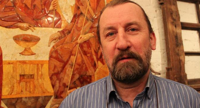 Aleksandr Krylov, artigiano per oltre vent'anni impegnato nella ristrutturazione della Camera d'ambra nel Palazzo di Caterina a Pushkin, alle porte di San Pietroburgo (Foto: Pauline Tillmann)