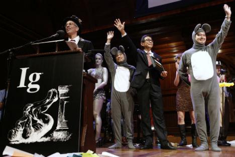La cerimonia di premiazione durante la quale è stato assegnato il Premio per la Medicina a Xiangyuan Jin, dalla Cina, e a Masanori Niimi e Masateru Uchiyama dal Giappone (Foto: AP)