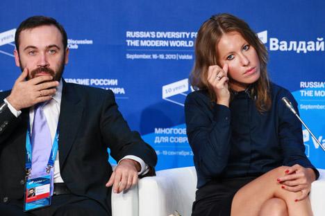 Il deputato della Duma Ilya Ponomarev insieme alla conduttrice televisiva Ksenia Sobchak al Club Valdai (Foto: Anton Denisov / Ria Novosti)