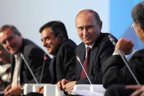 Al tavolo dei relatori del Forum Club Valdai, il Presidente russo Vladimir Putin è al centro, in ascolto dell'ex presidente del Consiglio italiano Romano Prodi, a destra, di spalle (Foto: Michael Klimentyev / Ria Novosti)